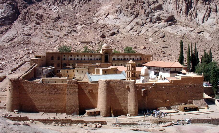 Klášter svaté Kateřiny na úpatí Mojžíšovy hory na Sinajském poloostrově v Egyptě