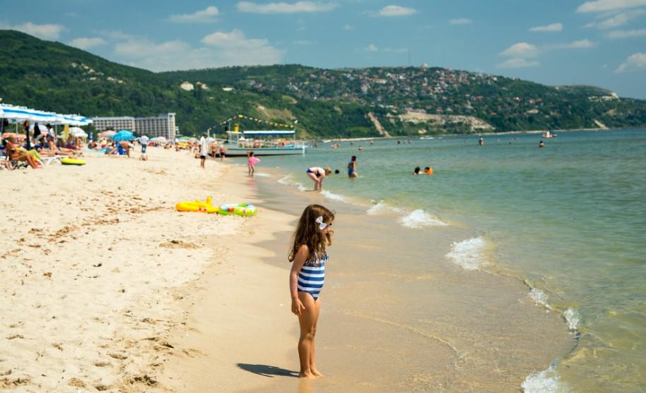 Dítě na pláži v Albeně v Bulharsku s pozvolným vstupem do moře