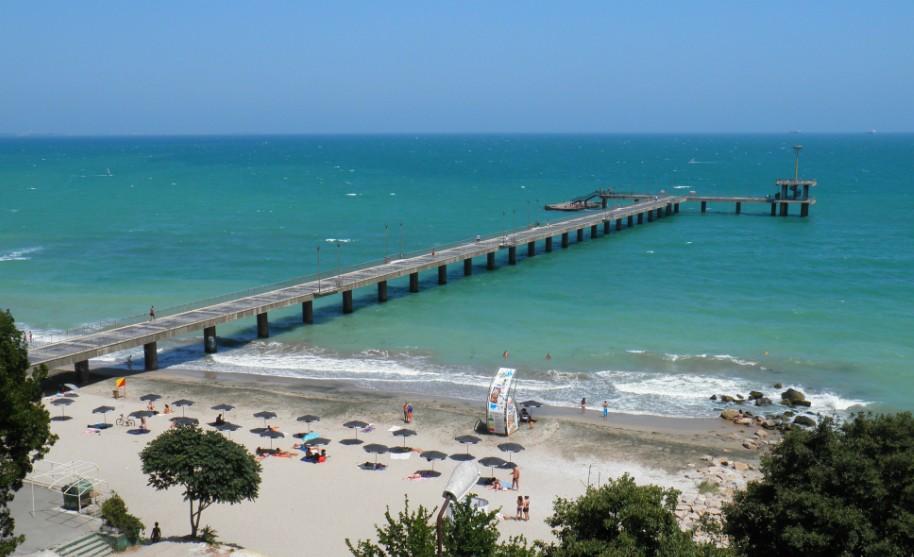 Písečná pláž a molo v Burgasu v Bulharsku