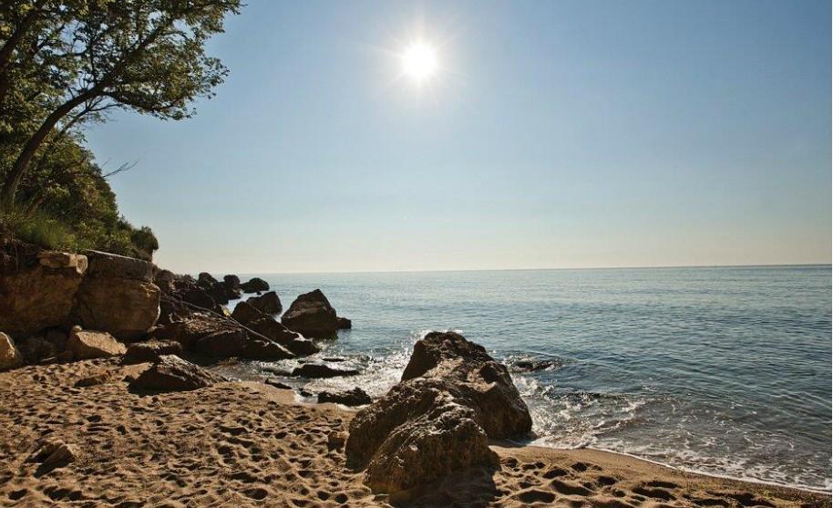 Západ slunce na pláži v Djuni v Bulharsku