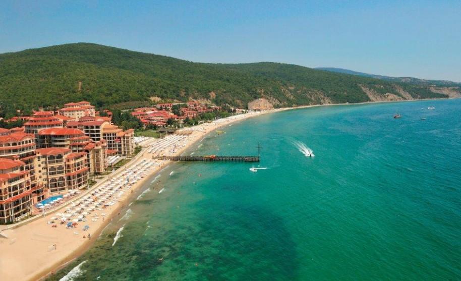 Pláž a zelné kopce v Elenite v Bulharsku