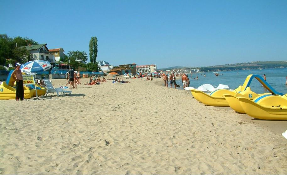 písečná pláž a vodní sporty v Bulharsku v Obzoru