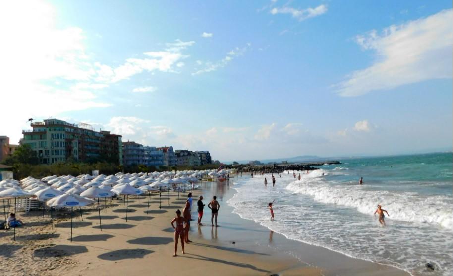 Písečná pláž v Pomorie v Bulharsku