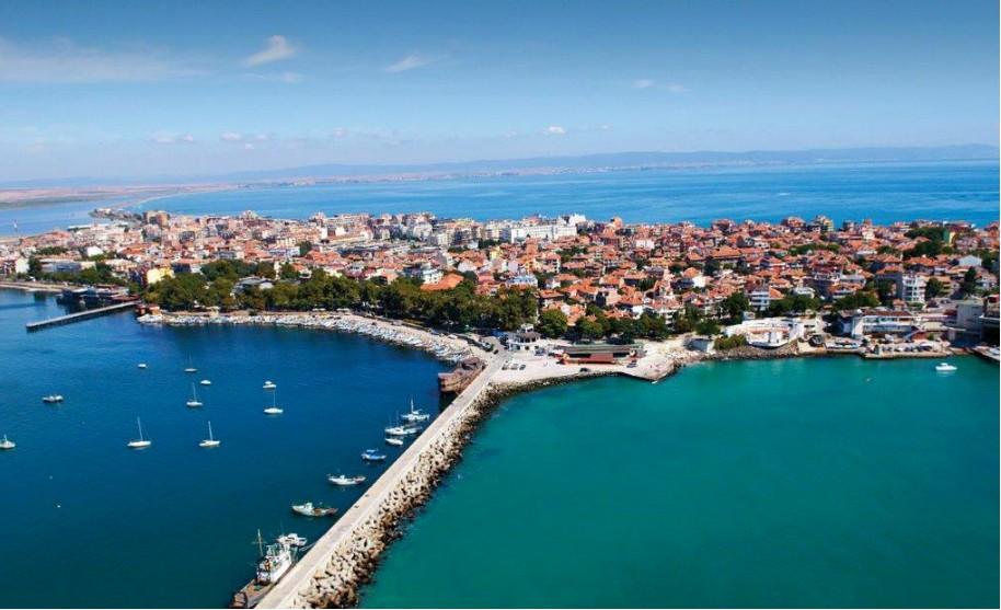 přístav s loďkama u Černého moře v Pomorie v Bulharsku