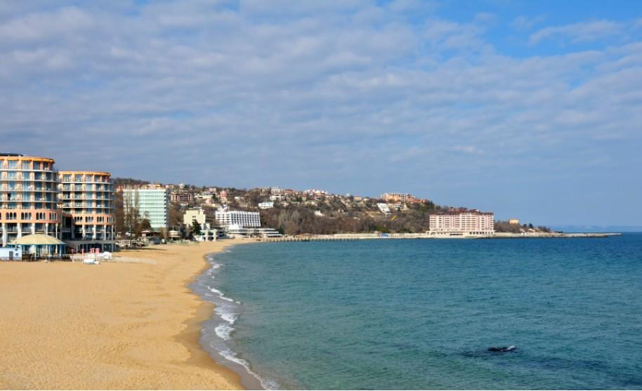 Liduprázdná písečná pláž ve Sv. Konstantinu a Heleně v Bulharsku