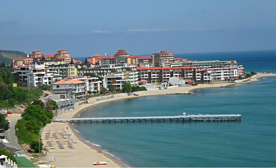 Písečná pláž na pobřeží Černého moře u letoviska Sveti Vlas v Bulharsku