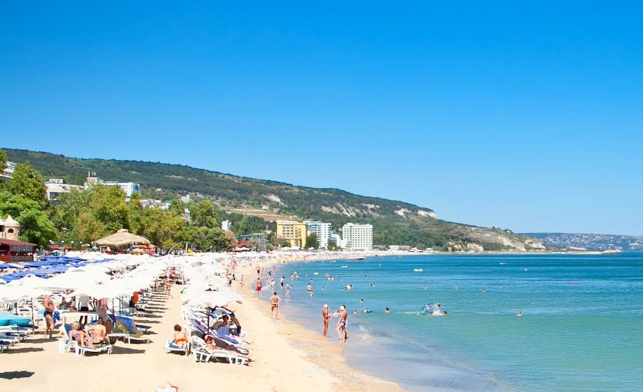 P9sečná pláž na pobřeží Černého moře ve Varně v Bulharsku