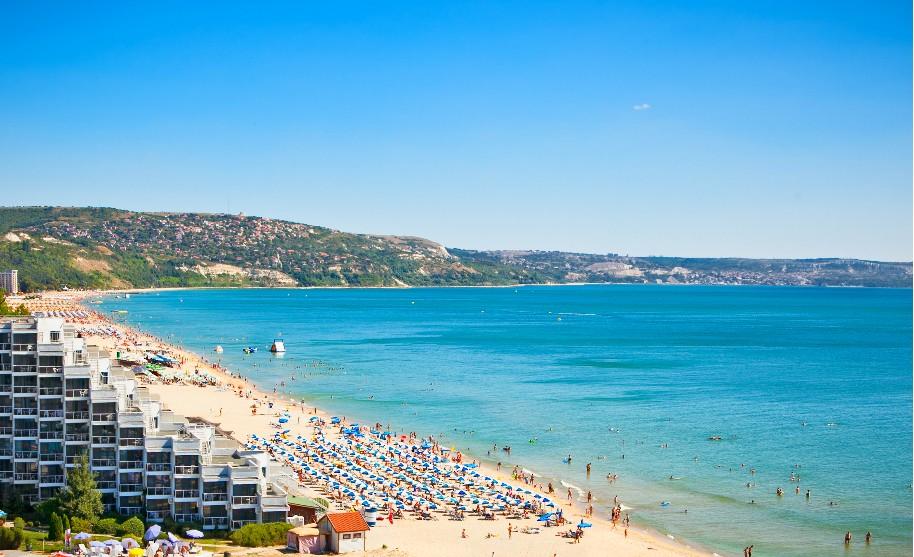 Písečná pláž a pobřeží Černého moře na Zlatých Pískách v Bulharsku
