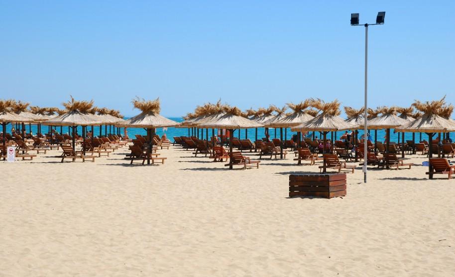 Písečná pláž se slunečníky v Bulharsku na Zlatých Pískách