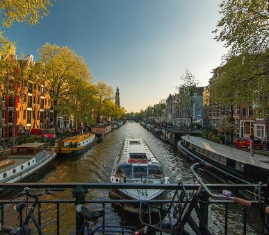 Pestrobarevný Amsterdam a větrné mlýny