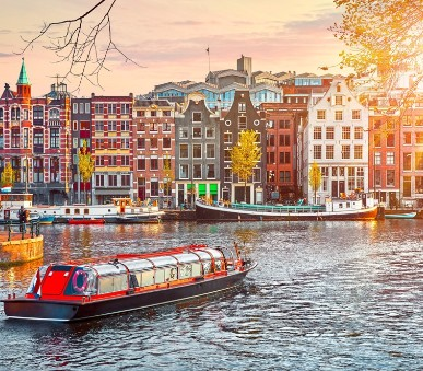 Letecky do Amsterdamu za čtvrtí červených luceren i uměním