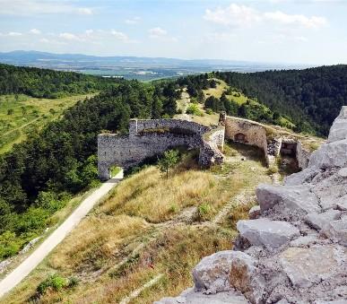 Čachtický hrad, Trenčín a Haluzická Tiesňava
