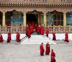 Bhútán s turistikou v zeleném Himálaji