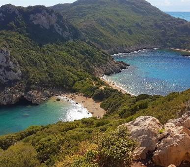 Korfu s turistikou - starobylé vesničky, vůně bylin, olivových lesů i Smaragdového moře